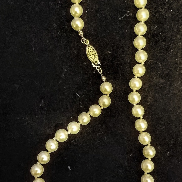 e8b5dbd259d5b Vintage Avon faux pearl necklace